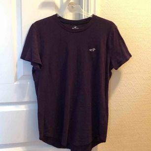 Lila Hollister t-shirt som är använd 1 gång. Skulle nog kunna passa M också! en liten frakt tillkommer.