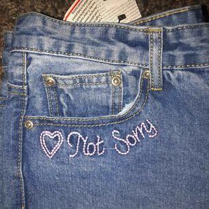 Mom jeans med hög midja från Boohoo, aldrig använda. Storleken kan variera från en 36 o 38 beroende på hur man vill att de ska sitta 🥰