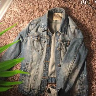 En jätte fin jeansjacka från Zara! Det står att den Är i storlek M men jag skulle absolut beskriva den som XS