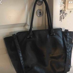 Fin väska med lite trasig dragkedja