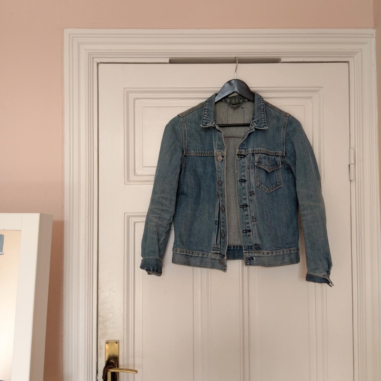 Snygg jeansjacka från Cheap Monday. Osäker på storlek då den saknar lapp men ni ser hur den sitter på mig som är en S! Fint använt skick, 100% bomull ✨  frakt tillkommer om du inte kan mötas i Stockholm. Jackor.