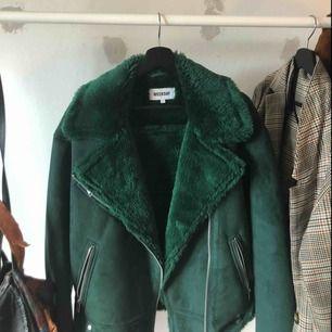 Säljer denna super fina mörkgröna jacka från weekday som ej kommit till användning. Jackan är i nyskick! Möts upp i sthlm annars får köpare stå för frakt<3