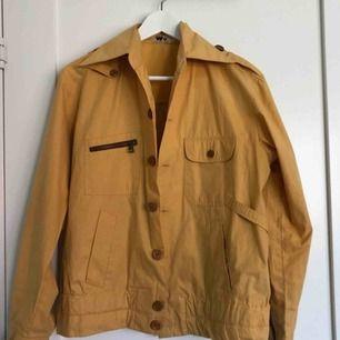 Supersnygg gul och vårig jacka, köpt från Beyond Retro för 150kr