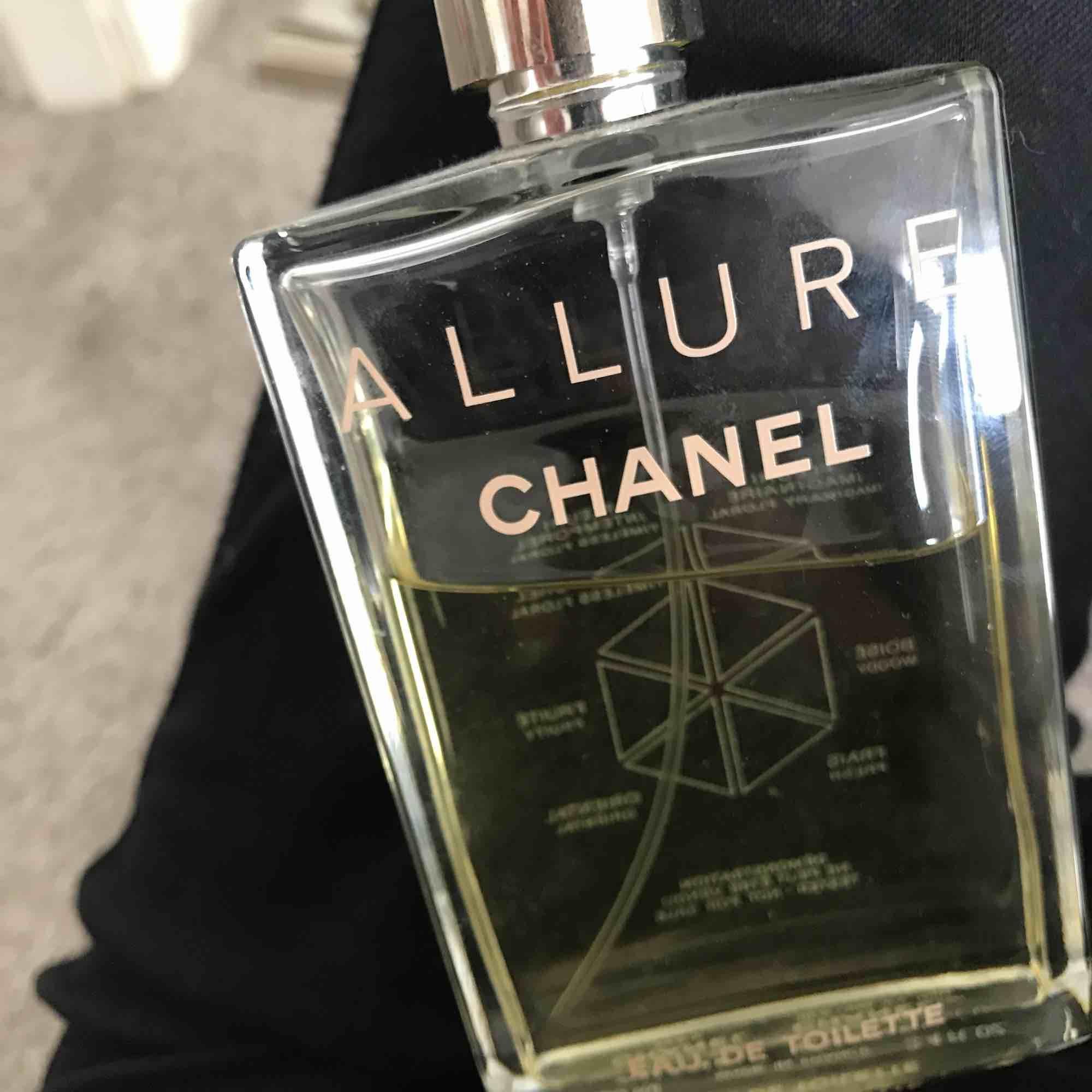 Chanel parfym med doften allure, luktar sjukt gott!😻 Köpt för 1700kr  Lite använd . Accessoarer.