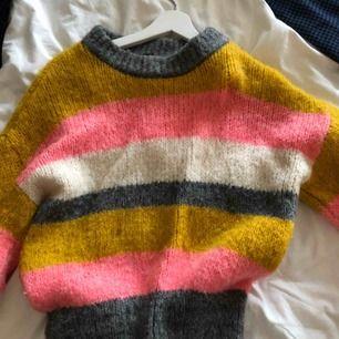 Säljer denna jätte sköna stickade tröjan från Gina, storlek S