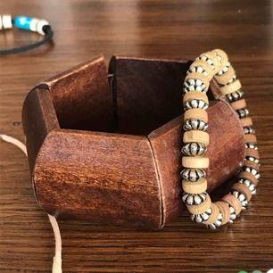 Två trä inspirerade armband båda köpta utomlands🌴🎋 Mina handleder är ganska så små, jag mätte (🤣) och de var ca 15 cm, och armbanden sitter bra på mig så tänk efter och jämför!!