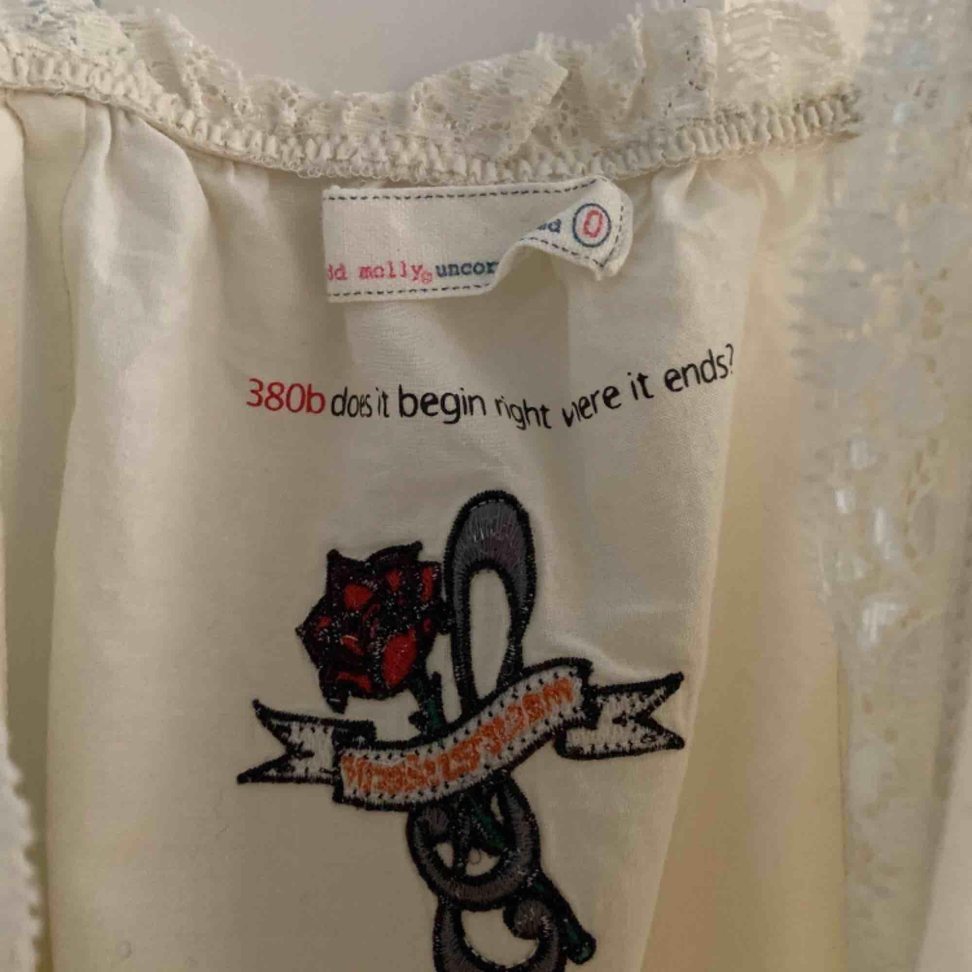 Klänning från Odd Molly i strl. 0 som passar XS-S. Två små hål( bild 3) som knappt är märkbara. . Klänningar.