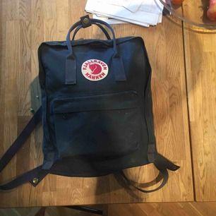 Denna väskan har jag har ungefär ett halv år ny pris på väskan är 1000kr säljer den för halva priset.Den har varit väldigt smidigt att ta med sig för det finns innre fack exempelvis för datorn.Priset kan diskutera vid snabb affär