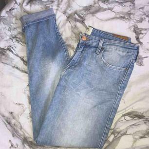 Stretchiga Lee jeans i storlek: S. Sitter superfint på och formar sig bra! Nyskick!💕