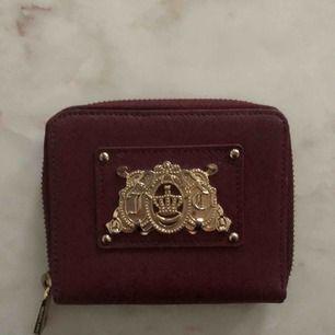 Älta juicy couture plånbok i vinröd färg Nypris 700kr Som ny knappt använd