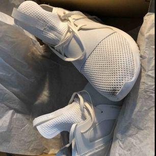 Adidas skor, köpta två månader sedan, använda 2 gånger. Tyget är lite smutsigt men det tvättas enkelt bort. Kan fraktas dock betalar köparen kostnaderna.  Stl.39  400kr