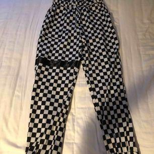 Skate-stil byxor, har fickor och sitter snyggt. Frakt tillkommer med den är inte så dyr för att dom väger inte så mycket. Aldrig använt dessa byxor