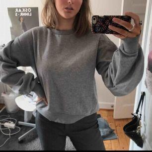 Jättemysig sweatshirt från HM. Den har lite balongliknande ärmar med sydda veck! Knappt använd, basic men användbar:)