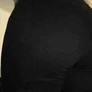 """Äkta Acne Studios jeans inköpta för flera år sen men aldrig använda pga midjehöjden. I modellen """"Skin 5"""" färg black. Nypris ca 2000kr. Sitter som en smäck faktiskt och ett riktigt kap Frakt Tillkommer :)"""