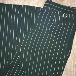Gröna byxor med vita ränder, sitter SÅÅ snyggt på, dock för korta för mig. Från märket Stockh lm