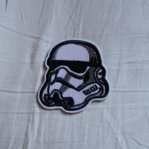 Tygmärke av en stormtroper från Star Wars, 35kr INKLUSIVE frakt. Kolla gärna mina övriga annonser, jag samfraktar gärna! Tygmärke går lätt att stryka. På kläderna