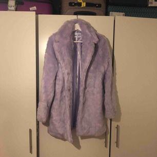 Snygg lila färg fusk päls jacka från Na-KD Storlek 36 passar 38 med.köparen står för frakten .Har swish .