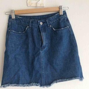 Snygg jeanskjol som tyvärr är för liten för mig, därav säljes! Storlek 32, vilket motsvarar XXS/XS! Knappt använd.