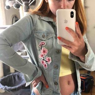 Ljusblå jeansjacka köpt på Bershka i Spanien. Egendekorerad som syns på bilderna! Inget motiv i ryggen, den sitter superbra och är perfekt till sommaren  Frakt tillkommer:)