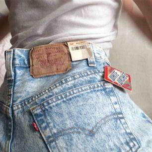 Snyyygga oanvända Levis som säljes pga för stora för mig :( Skulle tro att modellen på jeansen är straight leg. Måtten är W31L32,  vilket motsvarar M-L!