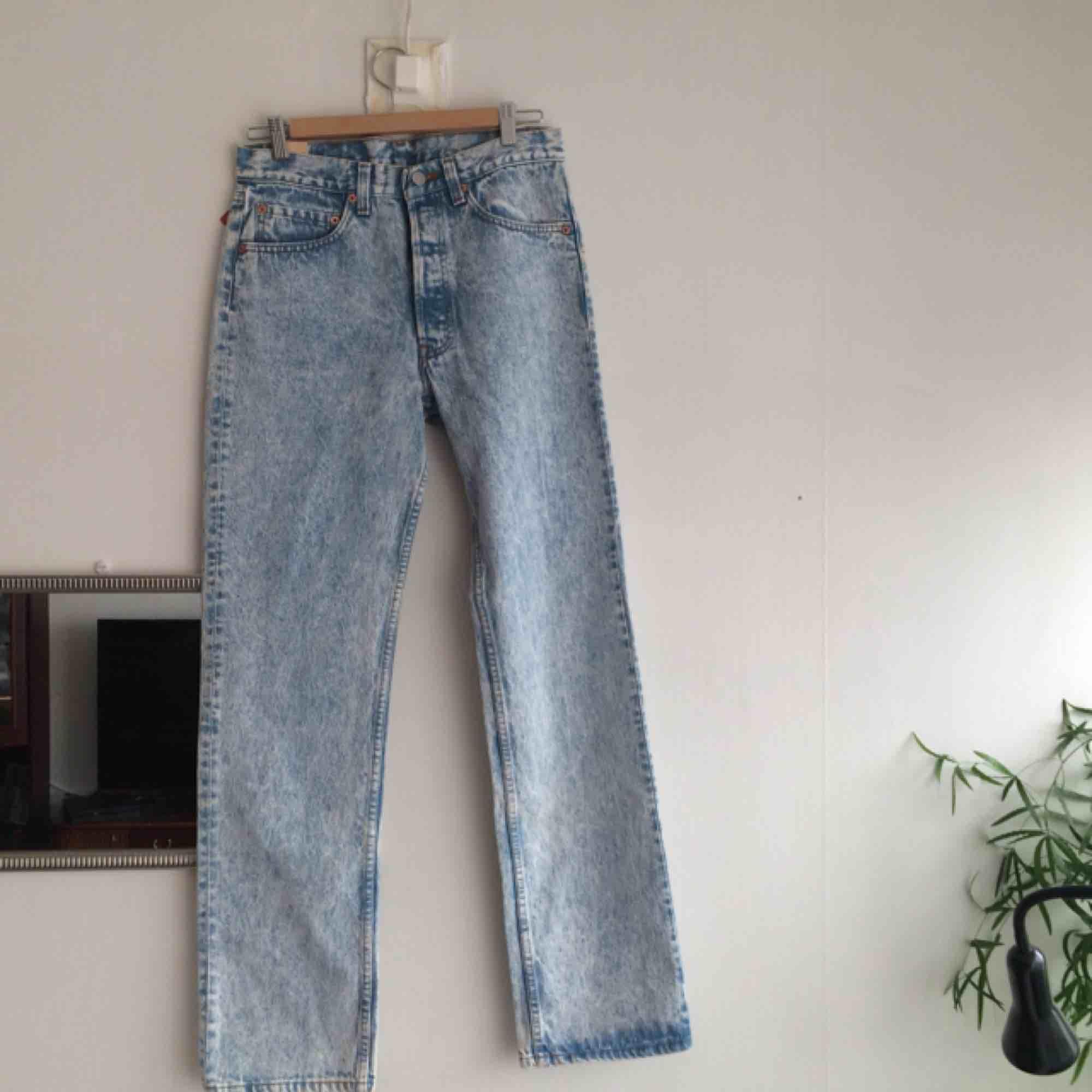 Snyyygga oanvända Levis som säljes pga för stora för mig :( Skulle tro att modellen på jeansen är straight leg. Måtten är W31L32,  vilket motsvarar M-L! . Jeans & Byxor.