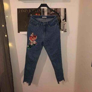 Jeans med broderi på låret från NA-KD 🌸🌺 Väldigt bra skick då dom knappt är använda!