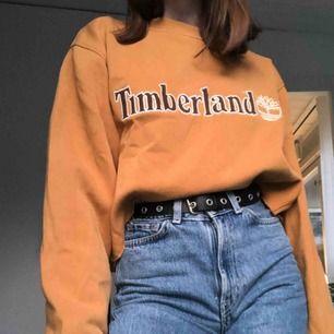 En retro Timberland tröja köpt second hand storlek M. Avklippt då jag tyckte den var för lång så man kan stoppa in den. Passar allt från XS-L beroende på hur man vill att den ska sitta. 💕🤩 köpare står för frakt