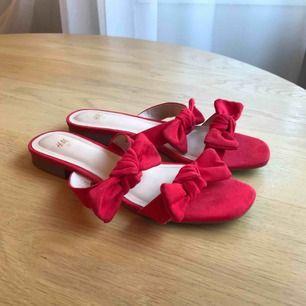 Fina röda sandaler från H&M - använda en gång Går att hämta på Södermalm i Stockholm, annars tillkommer frakt på 50 kr