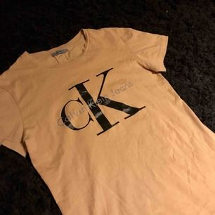 Calvin klein t-shirt i väldigt fint skick. Använd fåtal gånger, nypris 500kr. Perfekt nu när det börjar bli varmare ute. Äkta.
