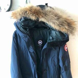 Marinblå canada goose jacka A kopia. Använde den en gång föra vintern och den har legat i garderoben enda sedan. Den är L men skulle säga att den är mer M