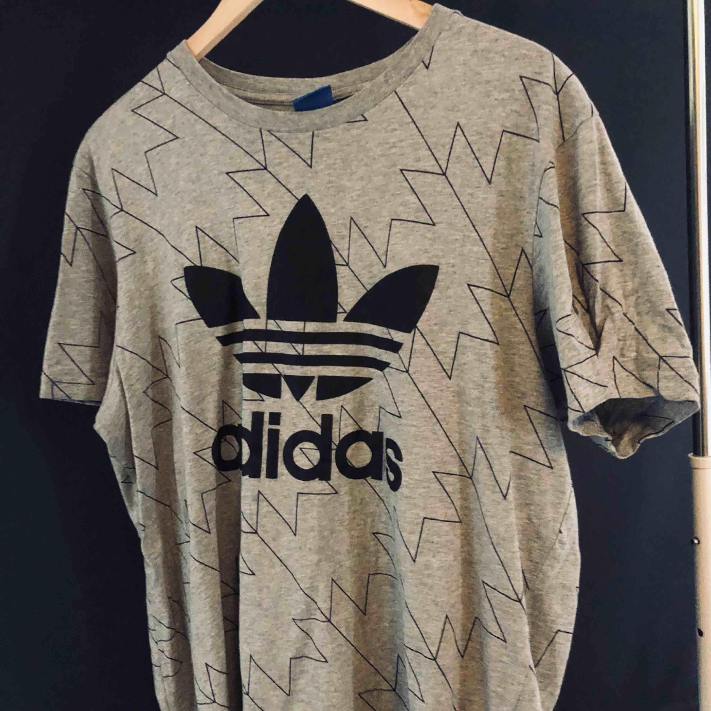 Grå tisha från adidas, köparen står för frakt👍🏼. T-shirts.