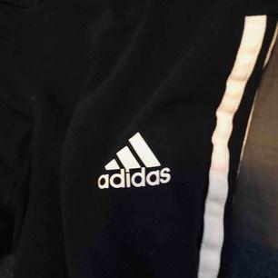 Tights/byxor från adidas. Sköna och snygga. Köparen står för frakt