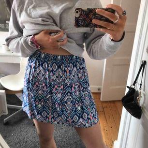 Söt kjol från HM. Ganska tunn mönstrad kjol, aldrig använd. Hyfsat kort och pösig i modellen:)