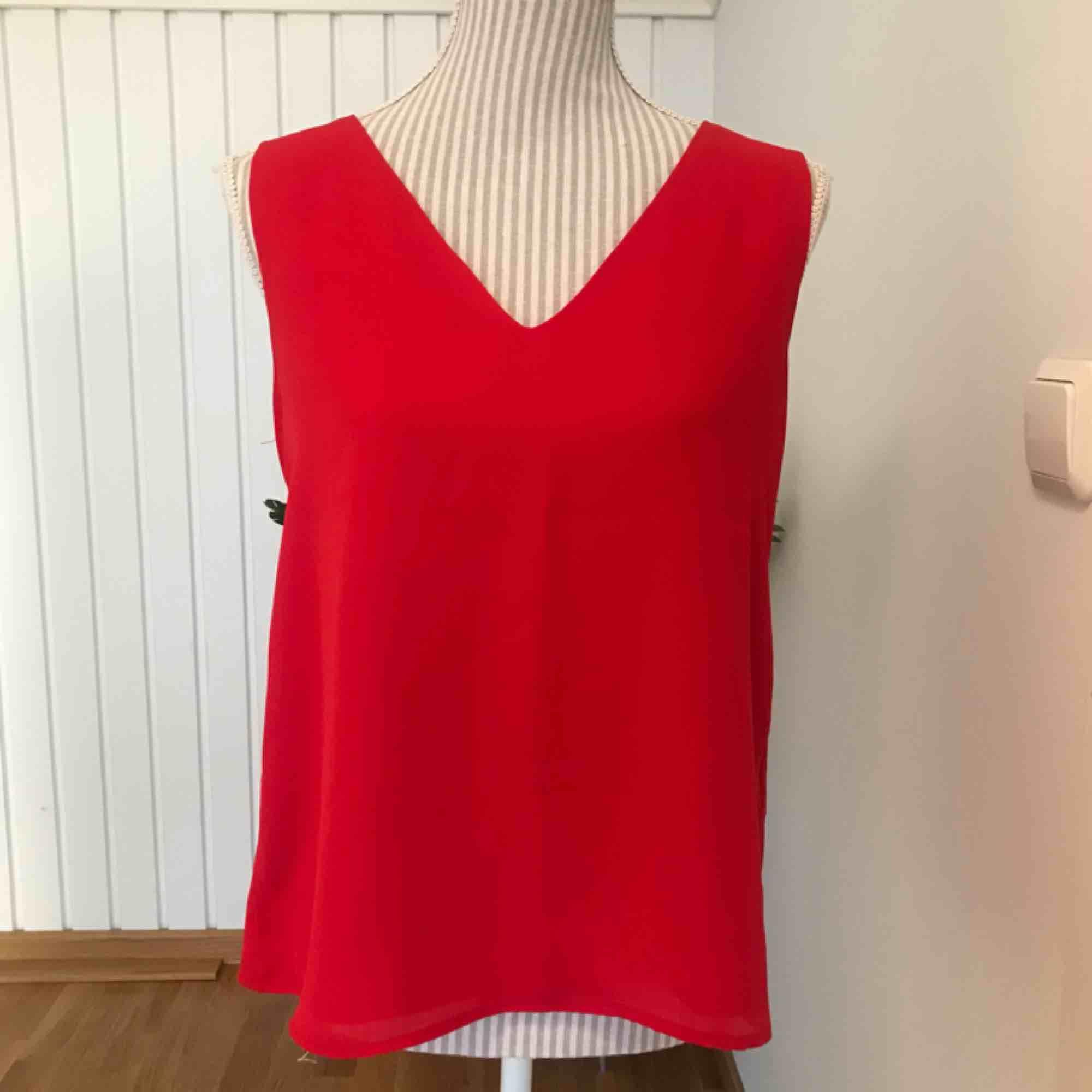 Rött linne/blus från Cubus i storlek 38. Fint skick. Frakt på 40 kr tillkommer. Blusar.