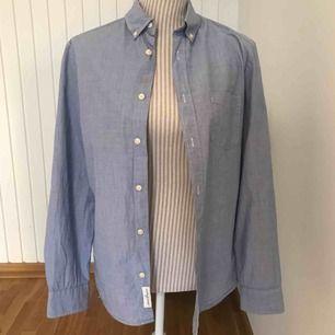 En blå skön skjorta i regular fit från H&M, fint skick!  Frakt på 50 kr tillkommer