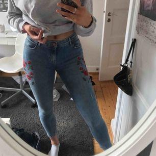 Supervåriga jeans från Zara. De är ljusblå med röda broderade blommor på vardera sida om höften:) Även lite slitna i den ljusblå färgen!
