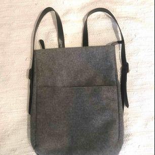 Supersnygg ryggsäck från Monki i ylle/ylleliknande material. Säljer p.g.a att den inte används längre. Perfekt för skolböcker/dator.