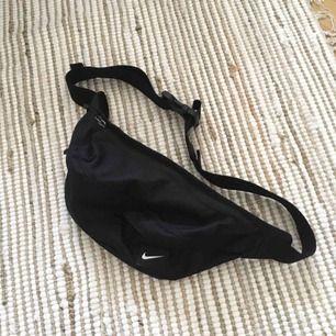 Svart magväska från Nike. Fint skick! Reglerbar, och väldigt skön, rymmer en hel del faktiskt!