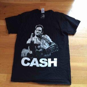 Johnny Cash tshirt i storlek M. Använd men i fint skick. Nytvättad. Frakt: 39 kr i postens påse 🌼