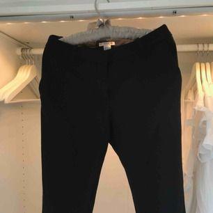 Svarta fina kostymbyxor från H&M i storlek 36, litet hål i en av skärpöglorna. Köparen står för frakt. Pris kan diskuteras.
