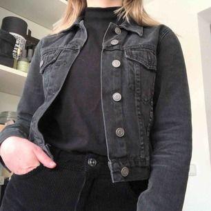 Svart jeansjacka från Asos. Den är i petite storlek så passar perfekt på er som också är lite kortare 👌🏼 Skriv gärna vid övriga frågor! 💓