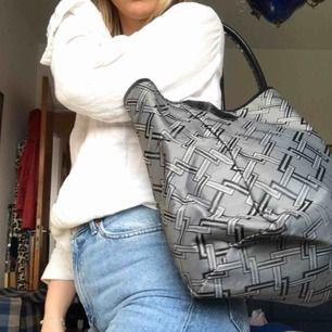 En fin vävplast väska, otroligt rymlig och bra💃🏼💃🏼