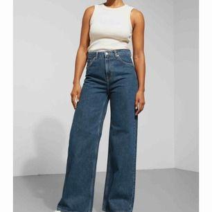 Säljer dessa URsnygga och trendiga jeans från Weekday! Sprillans nya, aldrig använt dem då dem var förstöra för mig när jag fick hem dem så alltså nyskick. Kan mötas upp annars betalar köparen frakten(;