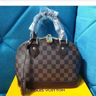 LV alma mini bag, riktigt fin kopia i äkta läder med LV box, identisk till original. Pris kan diskuteras. Finns i fuskläder för 699 kr