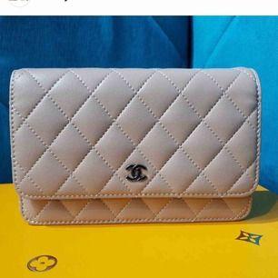 Clutch väska från Chanel, äkta läder, kommer med chanel box, pris kan diskuteras vid snabb affär