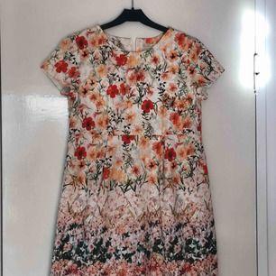 Säljer denna jättefina klänning från Zara. Använd en gång och i nyskick. Frakt inkluderat i priset 🌷