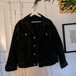 Jeansjacka inköpt på Urban Outfitters men aldrig använd. Strl M men lite stor i storleken. Kan mötas upp i Täby eller frakta gratis