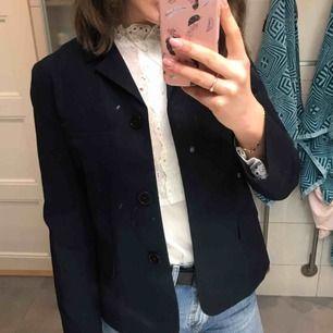 Helt oanvänd jacka/blazer från COS! Mörkblå i storlek 34! Nypris: 890 kr💙