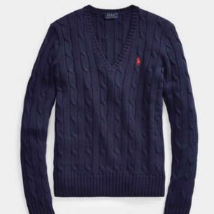 Skön marinblå kabel-stickad tröja. Köptes för 1400kr på NK i Stockholm för 1,5 år sedan. Använd 5 gånger