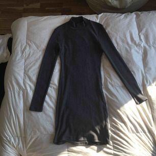 Tight klänning i mörkare grå. Strl. S men passar även XS och M då det är ett väldigt stretchigt material. Halv Polo. Använd en gång. Köpt för 500kr. Betalning sker via swish